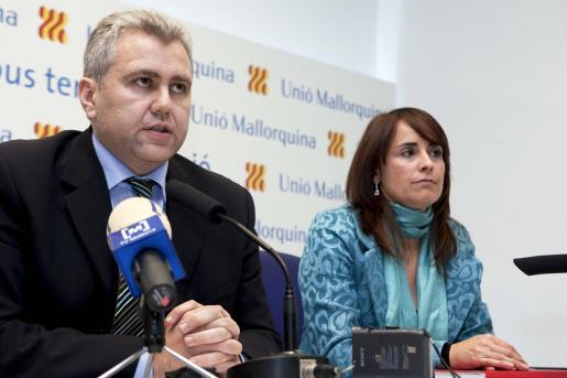El presidente de Unión Mallorquina, Josep Meliá, junto a Catalina Julve, tras la ejecutiva extraordinaria.
