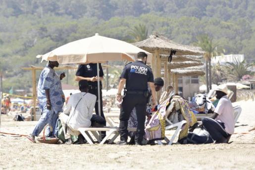 Intervención contra la venta ambulante este fin de semana en Platja d'en Bossa.