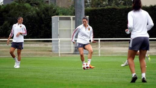 Fotografía facilitada por la RFEF, de la jugadora mallorquina Patri Guijarro (c), durante un entrenamiento de la selección sub-20 femenina de fútbol.