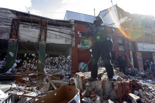 Miembros de la policía patrullan las calles de la ciudad de Talcahuano (Chile).