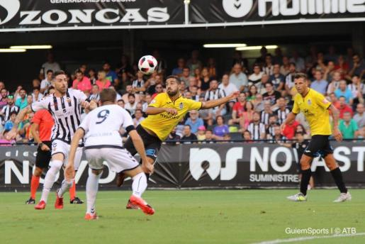 Acción del partido que disputaron anoche Castellón y Atlètic Baleares en Castalia.