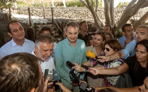 El expresidente del Gobierno José Luis Rodríguez Zapatero atiende a los medios durante un encuentro con afiliados del PSOE en San Bartolomé (Lanzarote).