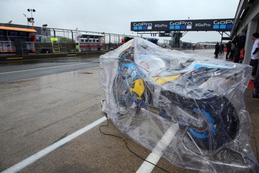 La lluvia y el nuevo asfalto «ahogaron» los ánimos de la organización del Gran Premio de Gran Bretaña en el circuito de Silverstone, que fue cancelado por el peligro del agua acumulada en determinados puntos del trazado y que lo hacía impracticable para el motociclismo.