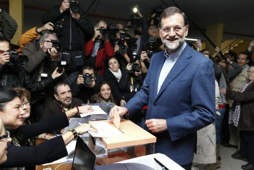 El presidente del PP y candidato a la presidencia del Gobierno, Mariano Rajoy, ejerce su derecho al voto en el colegio Bernadette de Madrid.
