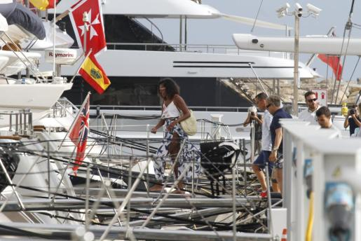 Michelle Obama, el pasado verano, accediendo a un barco en Puerto Portals.