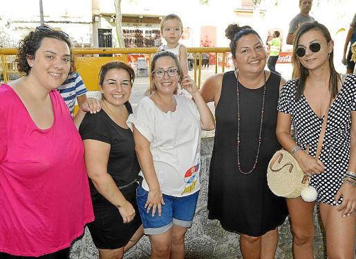 Caterina Isern, Mabel Guasp, Antònia Ferragut con el pequeño Roc, Laura Perelló y Carme Comas.