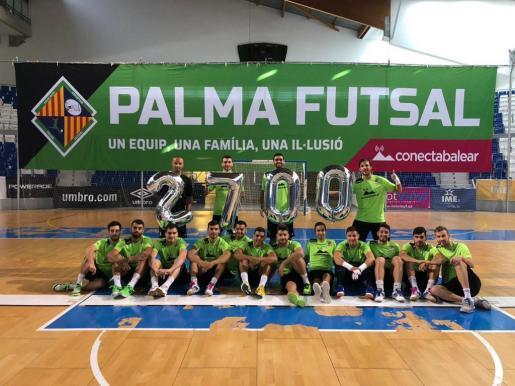 Imagen de la plantilla del Palma Futsal mostrando el número 2.700. Un número mágico, que seguramente se superará en los próximos días.