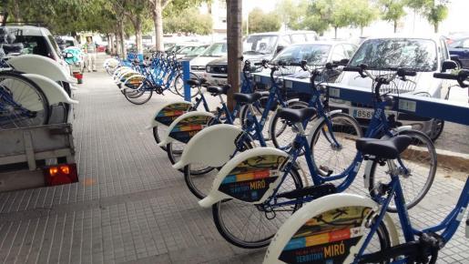Imagen de una de las estaciones de biciaplma, la ubicada en la plaza de Barcelona.