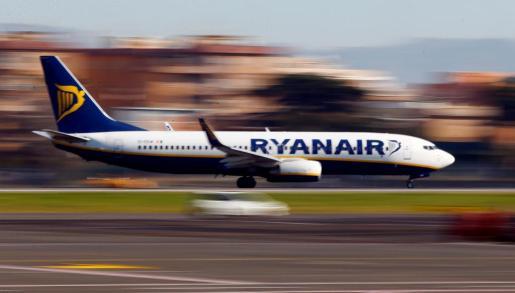 Una avión de Ryanair en plena operación de aterrizaje.