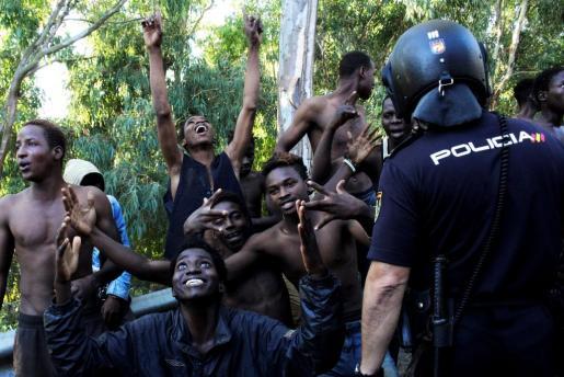 Unos 400 inmigrantes subsaharianos lograron el 26 de julio acceder a Ceuta tras un salto masivo a la valla fronteriza.