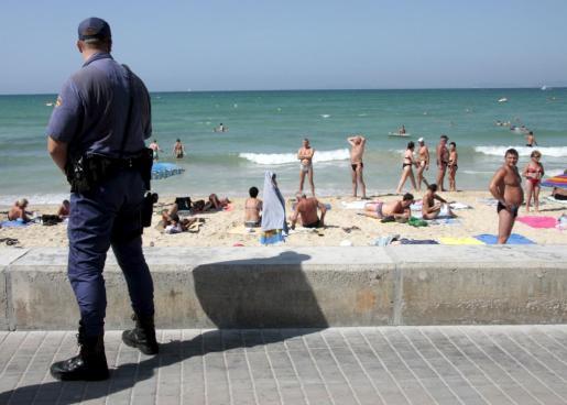 Policía Nacional en la playa.