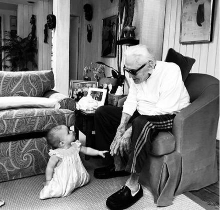 Captura de la imagen que Cameron Douglas ha colgado en Instagram de su hija Lua y su abuelo Kirk Douglas.
