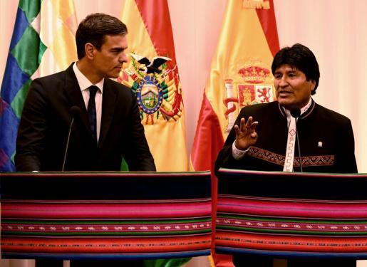 Sánchez (i), junto al presidente de Bolivia Evo Morales.
