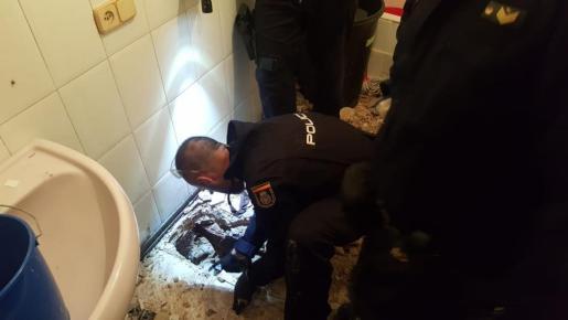 Agentes del GOIT revisando con una cámara las tuberías de uno de los puntos de venta.