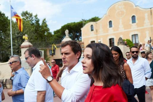 El presidente de Ciudadanos y su líder en Cataluña pasearon por las calles y retiraron los símbolos que reivindican a los políticos presos por el 'procés'.