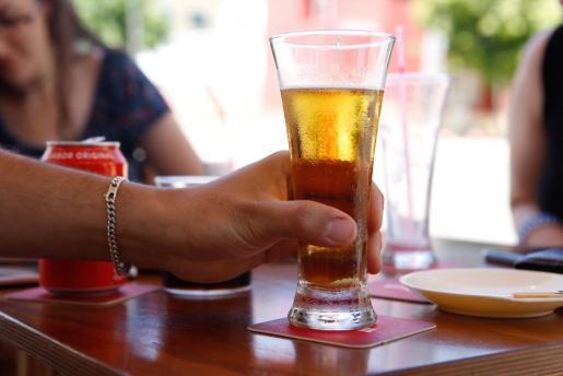 Imagen de una persona bebiendo una cerveza.