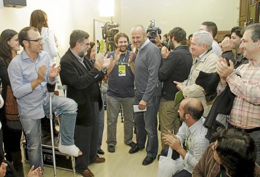 Ensenyat, aplaudido a su llegada a la sala de prensa para valorar los resultados electorales.