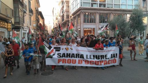 La manifestación circula bajo el lema 'Sahra lluira ja, prou d'ocupació'.