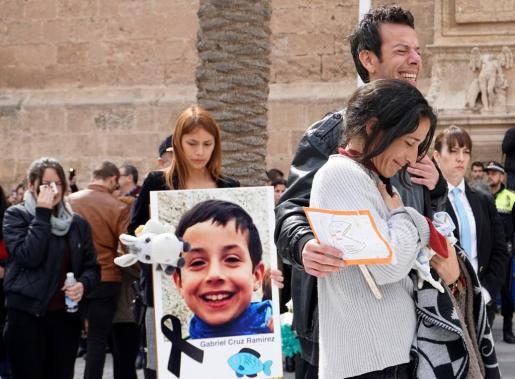 Los padres de Gabriel Cruz acompañan el féretro a la salida de la Catedral de Almería,