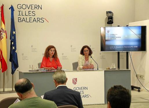 La consellera Costa (izquierda, junto a la consellera Cladera) destacó este viernes que Balears es la primera comunidad autónoma en poner en marcha el proceso que culminará con la aprobación de los Presupuestos.
