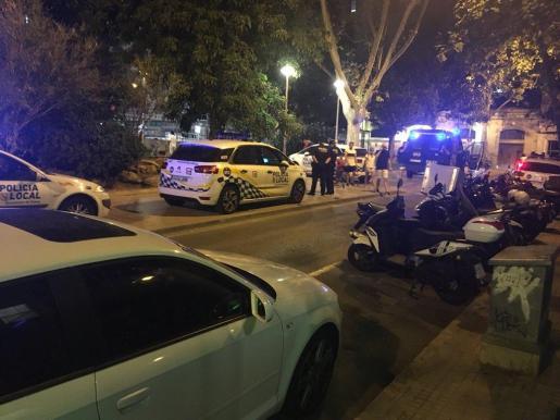 La Policía Local, en la Plaça dels Patins el pasado jueves.