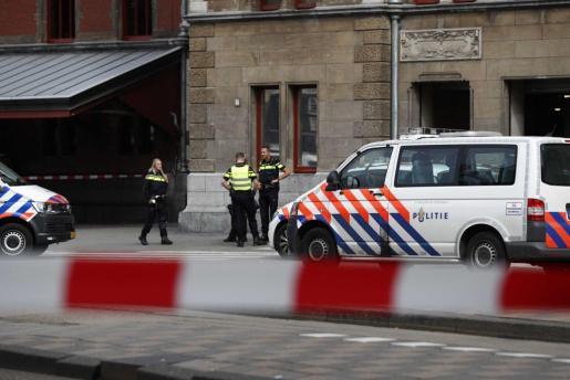 Varios policías montan guardia en la Estación Central de trenes en Amsterdam.