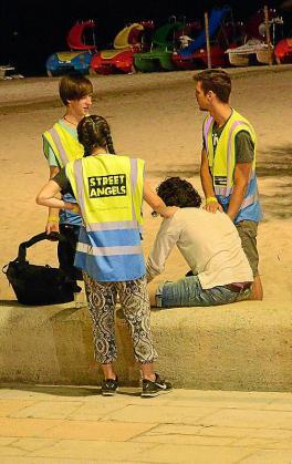 El grupo Street Angels ayudando a una persona en Magaluf.