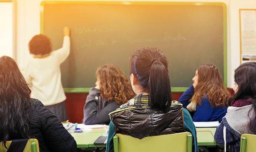 Un estudiante expone en la pizarra durante una clase en un centro escolar.