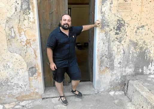Pau Vadell, en la puerta de la Església Vella de Calonge (Santanyí), sede de la editorial.