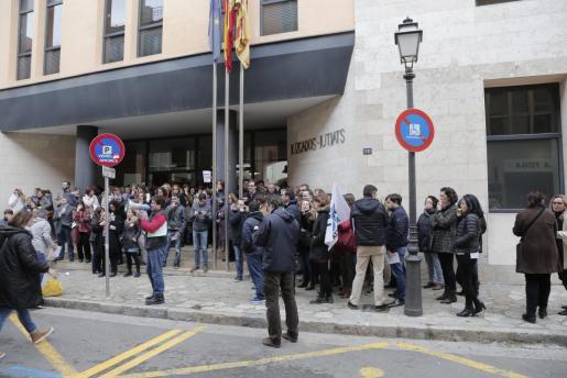 Cerca de un centenar de funcionarios se concentró en marzo en los juzgados de sa Gerreria (Palma) para reivindicar la mejora de las condiciones laborales.