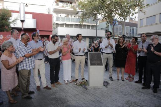 Autoridades y miembros de la comunidad judía de Mallorca posan juntos tras descubrir el memorial conmemorativo.