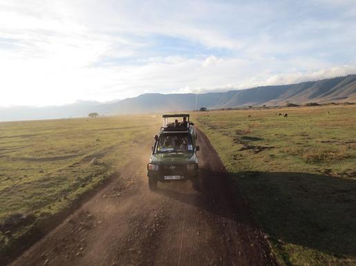 Imagen de archivo de un jeep por Tanzania.