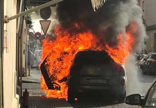 Imagen del coche, ardiendo.