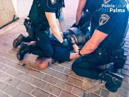 El agresor ha sido reducido por tres policías locales y dos agentes de la Policía Nacional que iban de paisano.