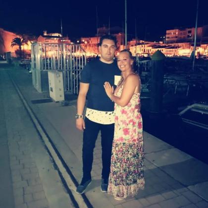 Belén Esteban con su novio Miguel, en una imagen de agosto de 2017 en Menorca.