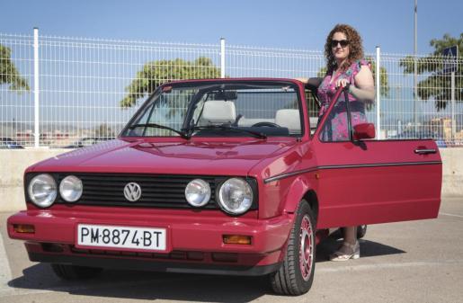 Marta Andreu Gornals es la propietaria de este Volkswagen Golf Cabriolet I de color rojo de 1993