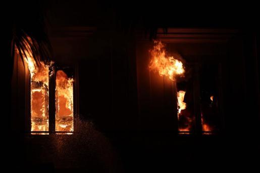 Bomberos trabajando para contener un gran incendio en el Museo Nacional de Río de Janeiro, uno de los más antiguos de Brasil.