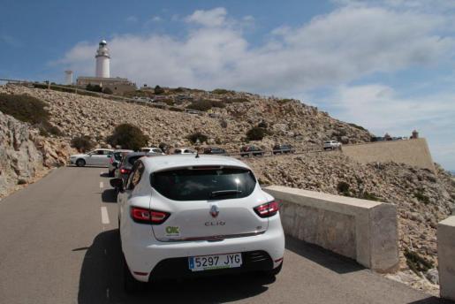 Un sistema ha contabilizado todos los vehículos que han pasado, y para poder llegar hasta el faro los visitantes han podido coger el bus lanzadera que salía del Port de Pollença.