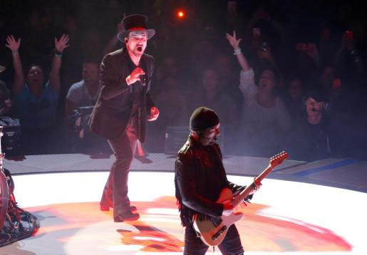 """FILE PHOTO: Bono (L) and The Edge of U2 perform during the band's """"Experience + Innocence"""" tour at The Forum in Inglewood, California, U.S., May 16, 2018. REUTERS/Mario Anzuoni/File Photo PEOPLE-BONO/"""