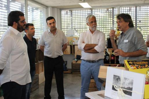 El gerent de les empreses de Franz Kraus con los responsables de la Conselleria de Medi Ambient, Agricultura i Pesca y el alcalde de Sóller, Jaume Servera.