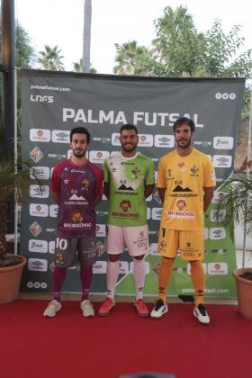 De izquieda a derecha, Joselito, con la segunda equipación, Bruno Taffy, con la primera, y Carlos Barrón, con la indumentaria que lucirá el portero.