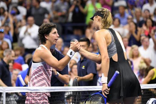 Carla Suárez Navarro da la mano a Maria Sharapova tras el partido.