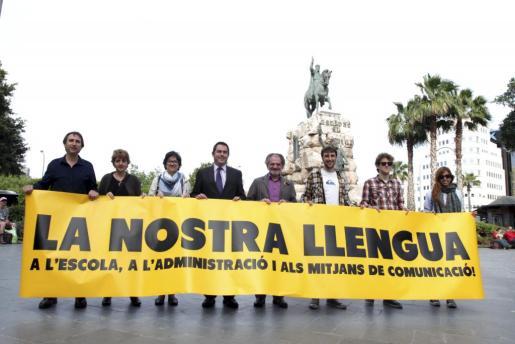 Política lingüística. Unas 4.000 personas forman una gran cadena humana en favor del catalán.