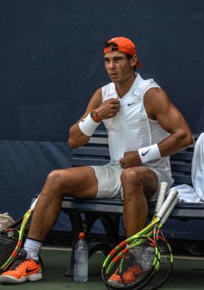 Rafael Nadal durante su entrenamiento previo al partido ante Thiem y con el chaleco de hielo.