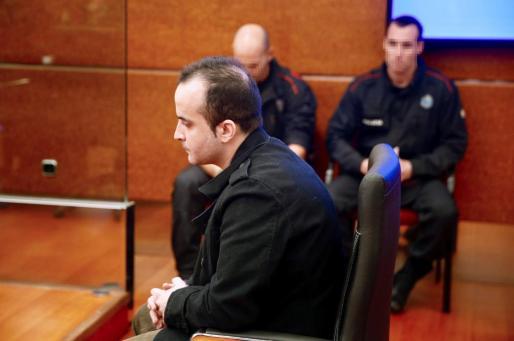 El asesino de una bebé en Vitoria a la que lanzó por una ventana, durante el juicio.
