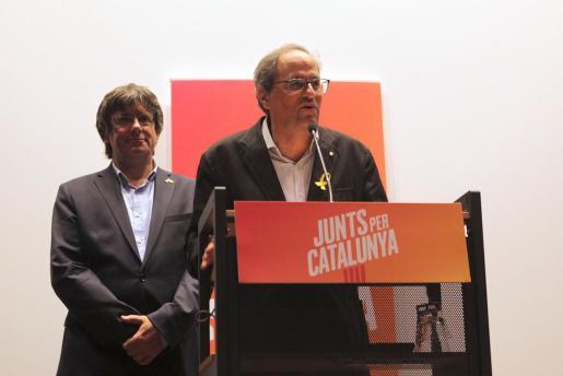 El presidente de la Generalitat de Cataluña, Quim Torra (d), junto al expresidente huido Carles Puigdemont durante la rueda de prensa ofrecida en Bruselas.