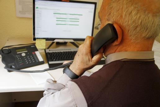 Uno de los voluntarios del Teléfono de la Esperanza atendiendo una llamada de petición de ayuda.