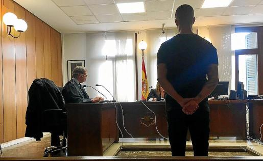 El acusado en una sala del juzgado de Penal 5 de Palma.