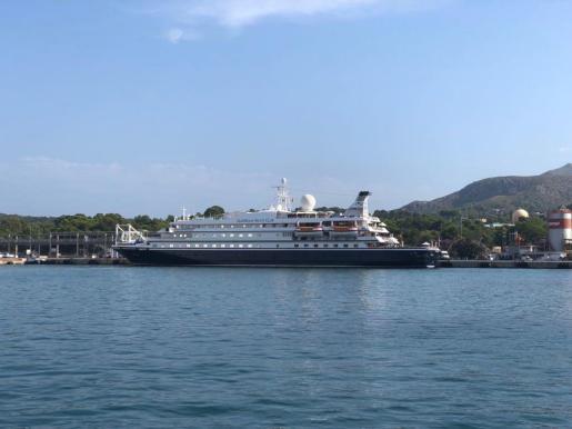 El 'Seadream I' en el Puerto de Alcúdia.