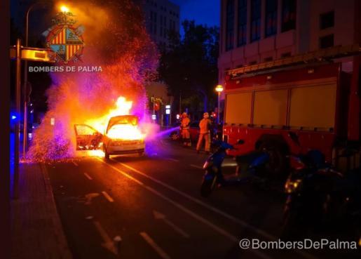 La rápida intervención de los bomberos y de la Policía Local han evitado que las llamas se extendieran a otros vehículos.